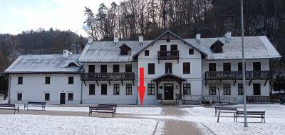 Hotel Pod Kazimierzem - miejsce na samochód przed budynkiem